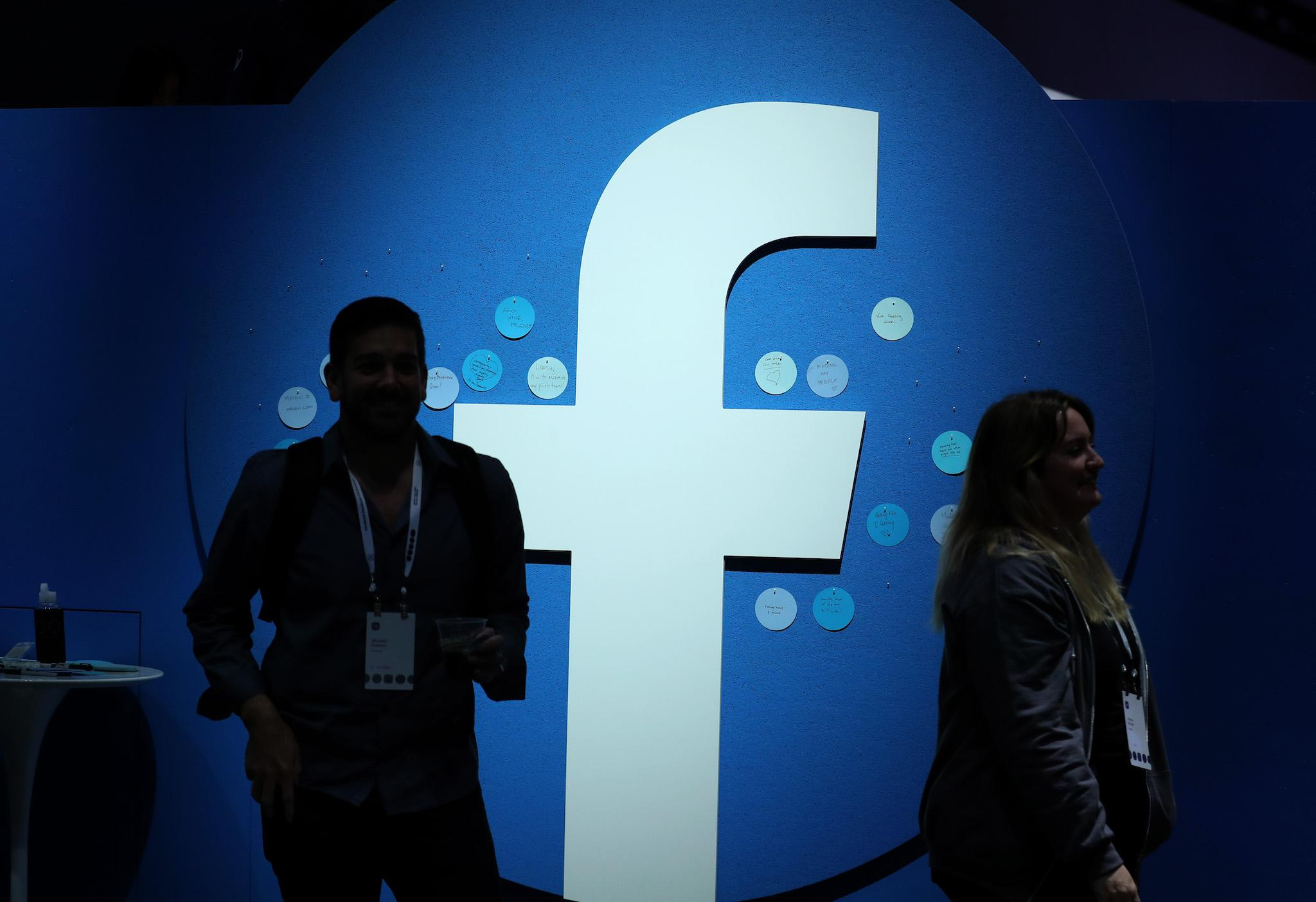 Multan a Facebook por caso Cambridge Analytica