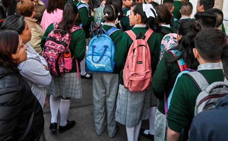 Secundaria privada en CdMx prohíbe usar uniforme neutro